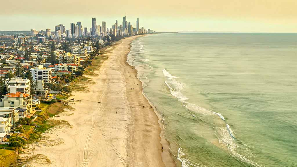 surfer paradis and the beahc in queensland australia